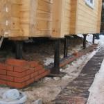 Особенности ремонта фундамента дачного дома винтовыми сваями