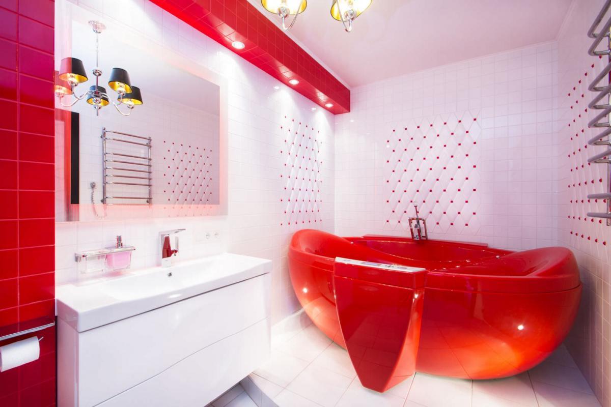 Белая ванна с красными акцентами