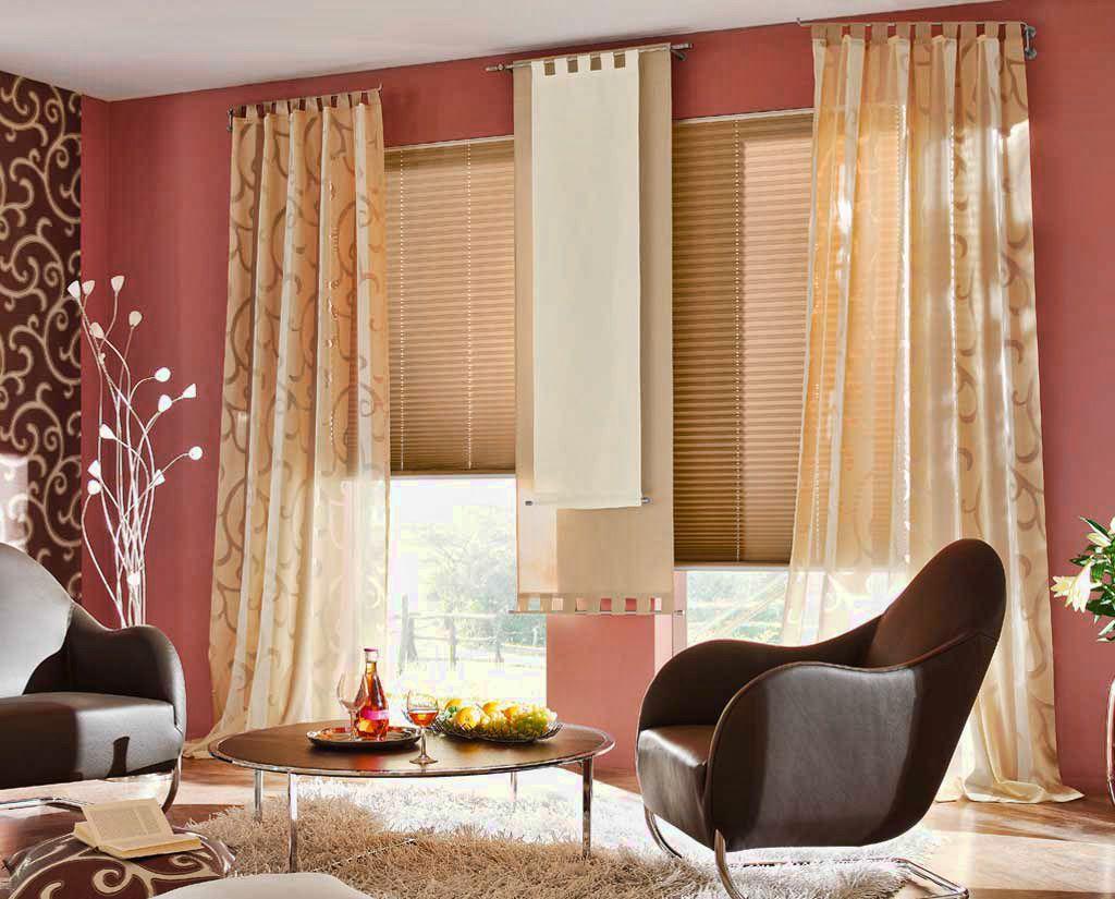 Комната в красных тонах с золотистыми шторами