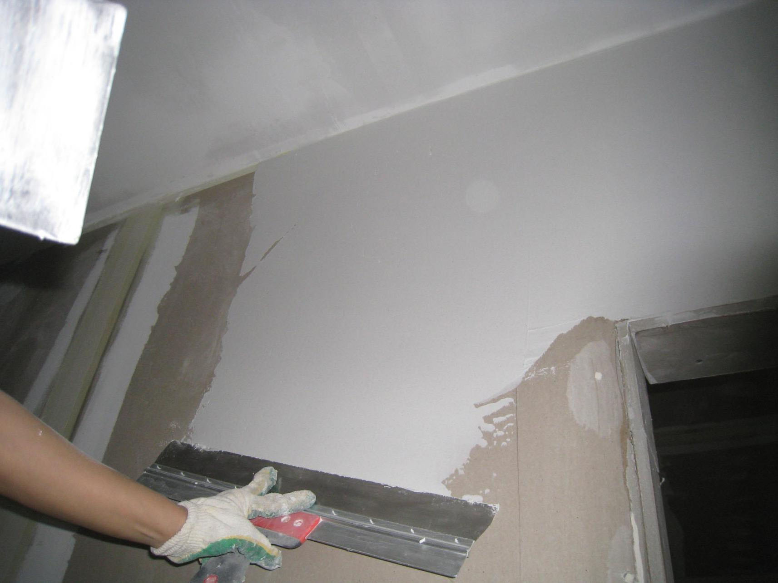 Выравнивание стен шпаклевкой под покраску
