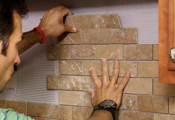 укладка декоративного кирпича на стену