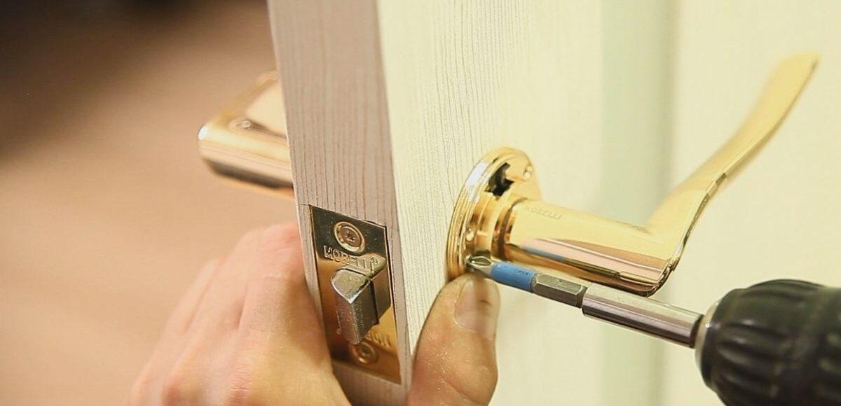 Как заменить дверную ручку и ударную пластину?