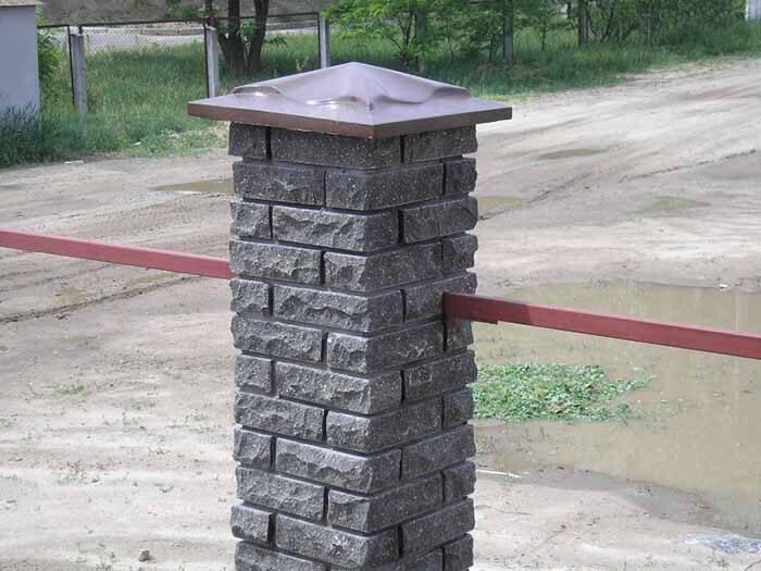 Столбы забора с эстетичными бетонными крышками