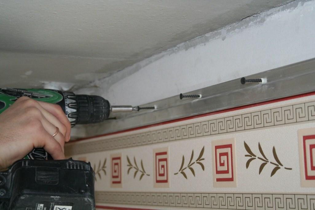 установка саморезов для натяжного потолка