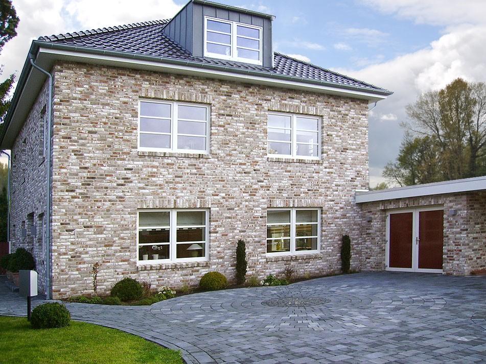 Дом с отделкой клинкерной плиткой под камень