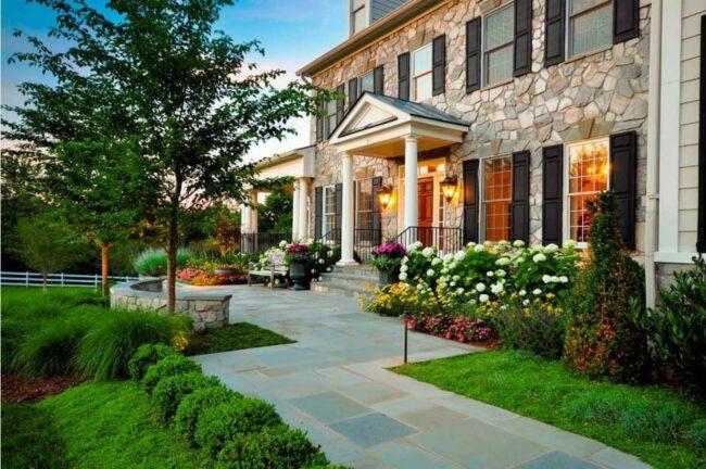 Передний двор перед домом