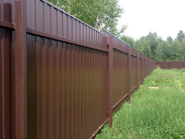Забор из профлиста для дачного участка