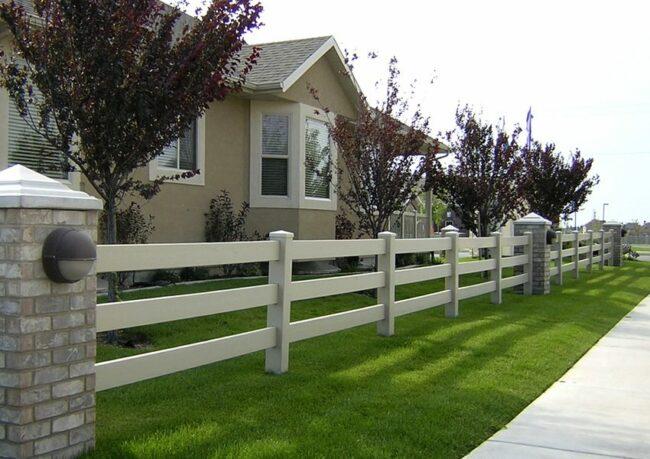 Забор загородного дома